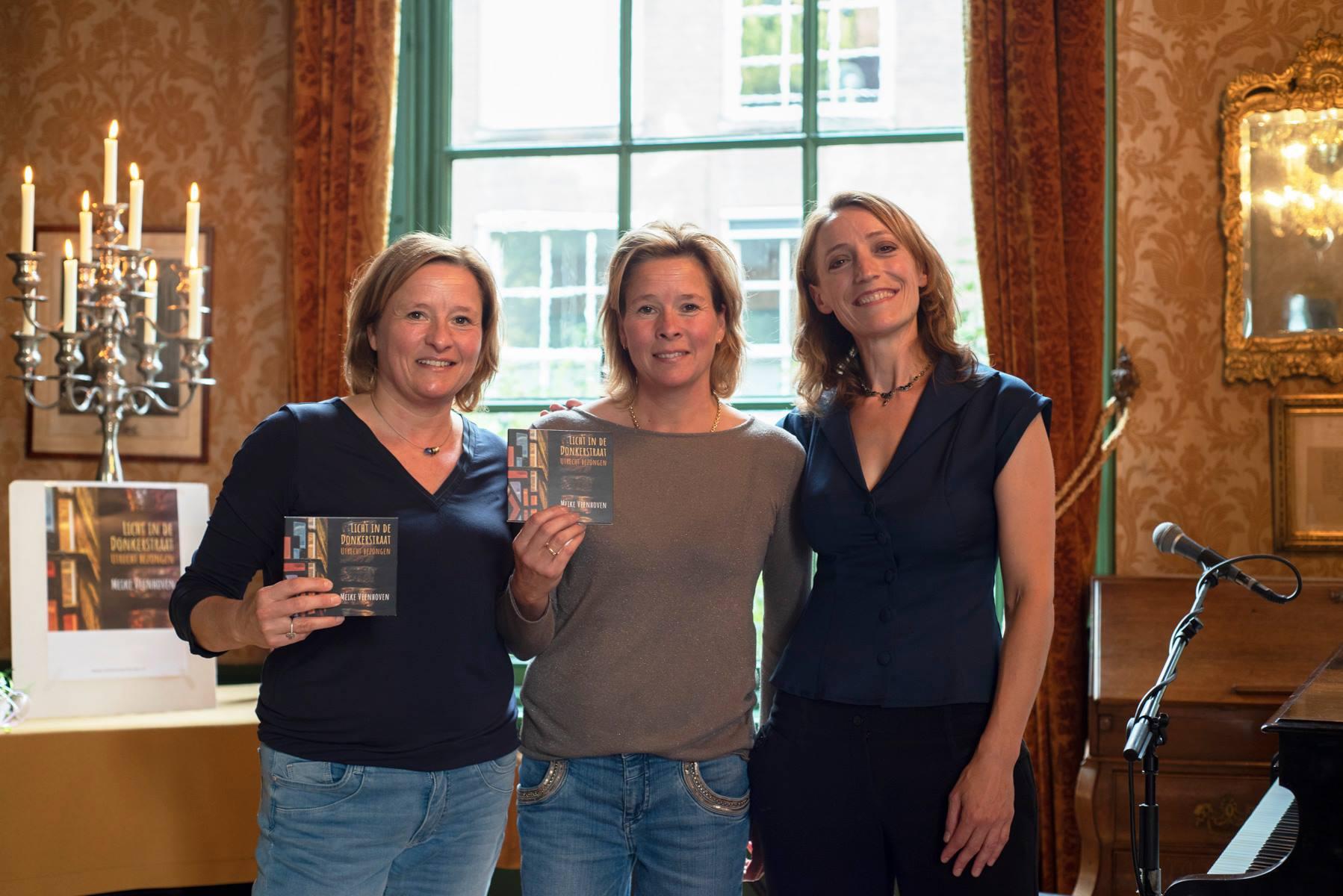 Met Mandy en Manon Snel van Kaarsen van Torens, bij de uitreiking van de eerste cd's. Foto: Claudia Otten